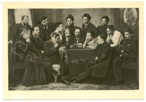 Tsjechov leest zijn stuk 'Meeuw' voor aan het Moskouse theater; rechts van hem regisseur Konstantin Stanislavski, daarnaast Olga Knipper