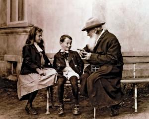 Leo-Tolstoy-cocuklarla-konusurken-424