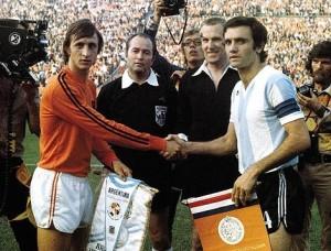 Cruijff wisselt vlaggetjes uit met de aanvoerder van het Argentijnse elftal, Perfumo; WK 1974