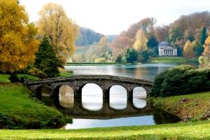 De tuin van Stourhead, met de Palladiaanse brug (foto inandoutofthegarden.blogspot.com)