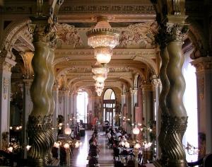Interieur van het New York Café in Budapest (foto Yelkrokoyade, WC)