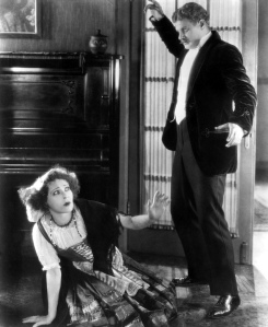 Een still uit de verloren gegane vierde verfilming van A Doll's House (1922), met Alla Nazimova in de rol van Nora
