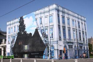 Het Magritte-museum in Brussel ten tijde van een verbouwing (2008); te zien is een deel van het schilderij L'empire des lumières (1954)