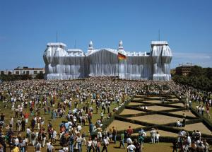 Christo en Jeanne-Claude: Wrapped Reichstag (1971-1995, foto Wolfgang Volz)