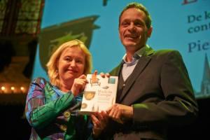 Minister Bussemaker met de auteur (foto Victor Schiferli)