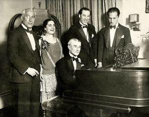 Hoe Ravel zijn verjaardag voerde (8 maart 1928); geheel rechts George Gershwin